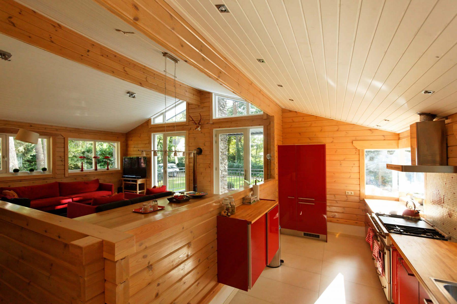 De open keuken heeft een halve wand als afscheiding van de woonkamer