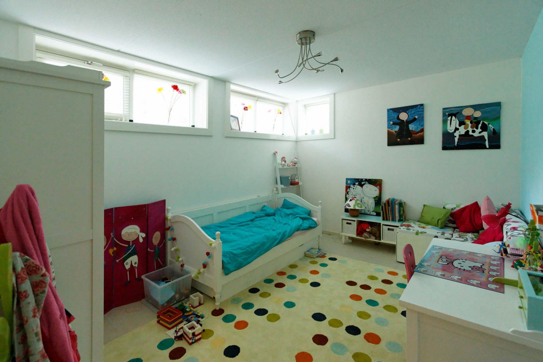 het souterrain bevindt zich een extra slaapkamer, twee werkkamers, badkamer met sauna, een speelkamer en genoeg bergruimte
