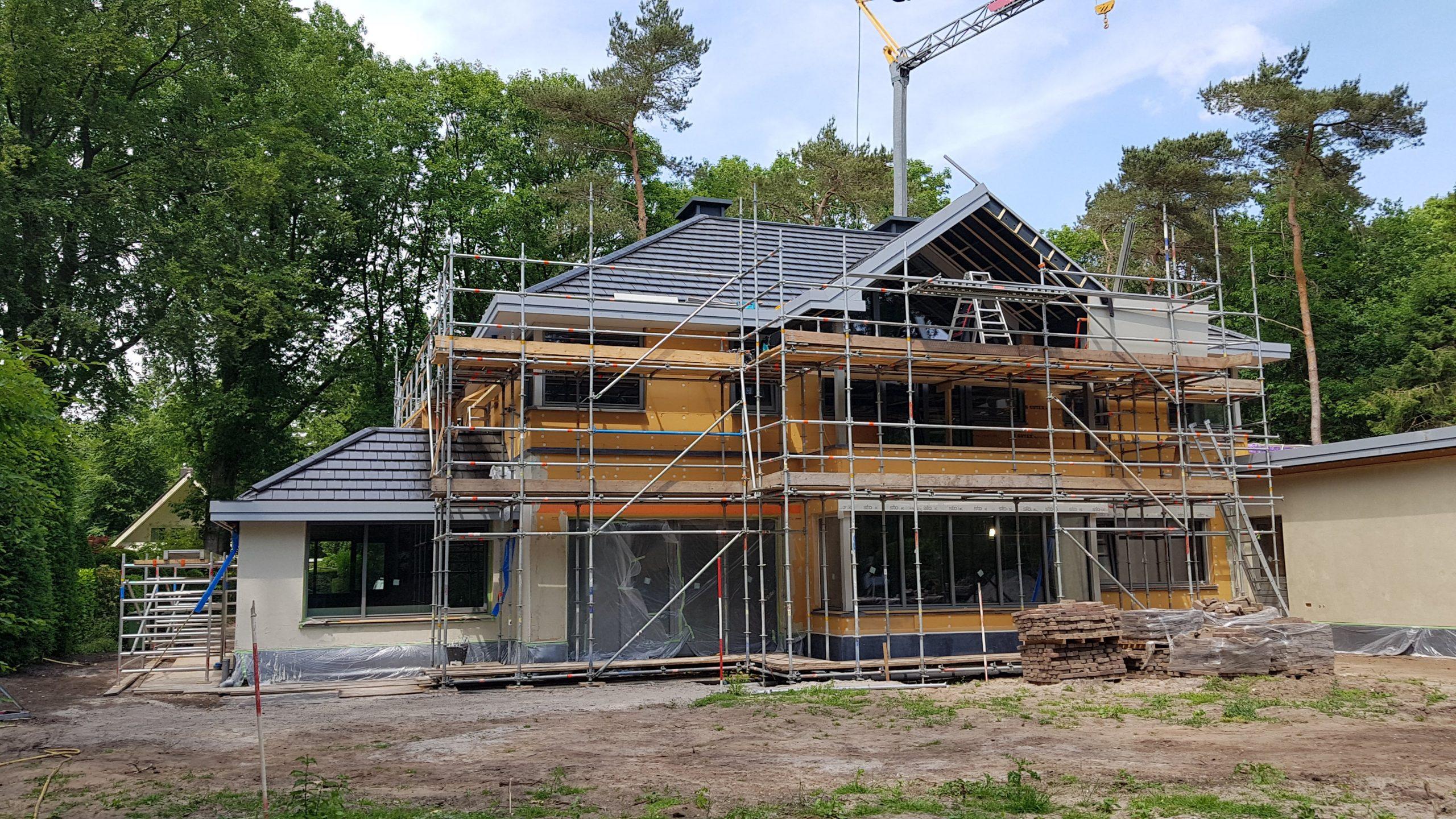 Achtergevel met aan de rechterkant de aanbouw die dient als mantelzorgwoning. Het aanbrengen van de boeiboorden is bijna klaar.
