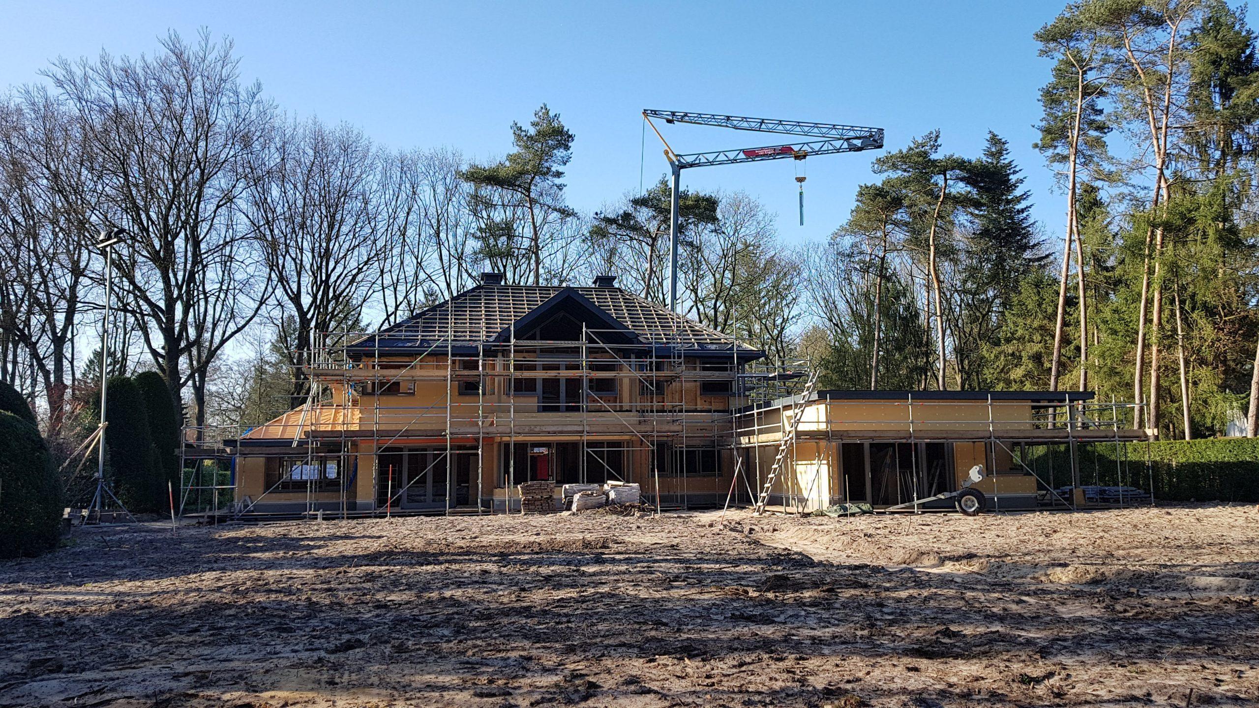 De achtergevel van de villa in Driebergen en aan de rechterzijde de aanleunwoning