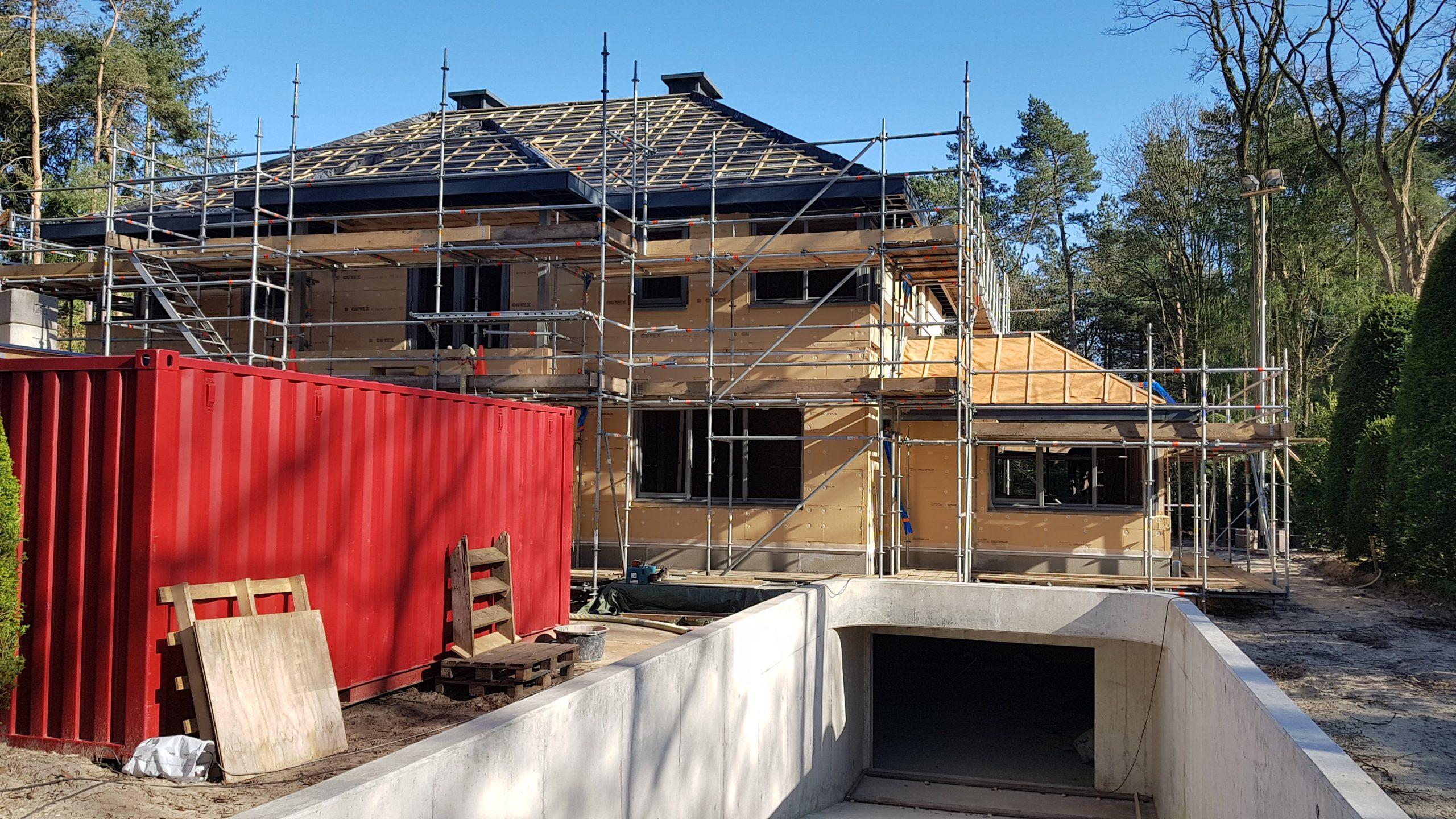 De voorgevel van de villa in Driebergen met de inrit naar de parkeerkelder.